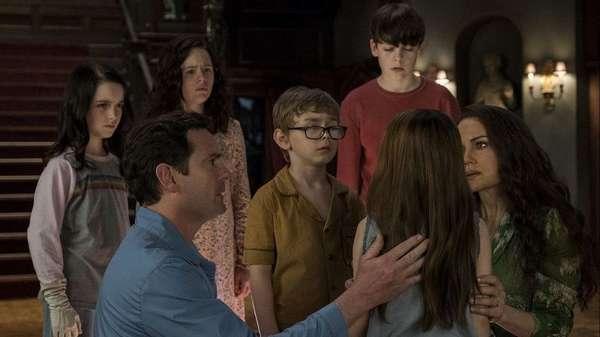 Кадр из сериала Призраки дома на холме